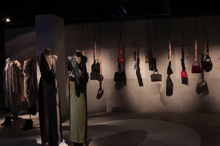 30周年靜態展以服裝和包款為主。圖/JAMEI CHEN提供