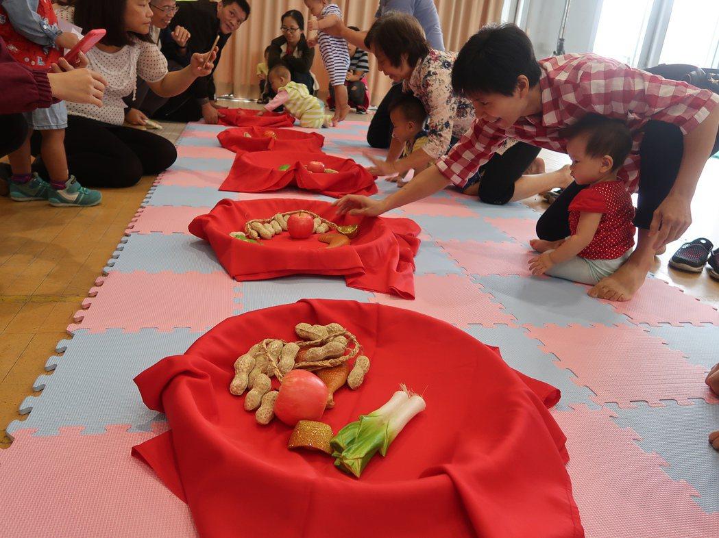 新竹市政府在北區區公所大禮堂天辦寶寶抓周,寶寶很萌。記者郭宣彣/攝影
