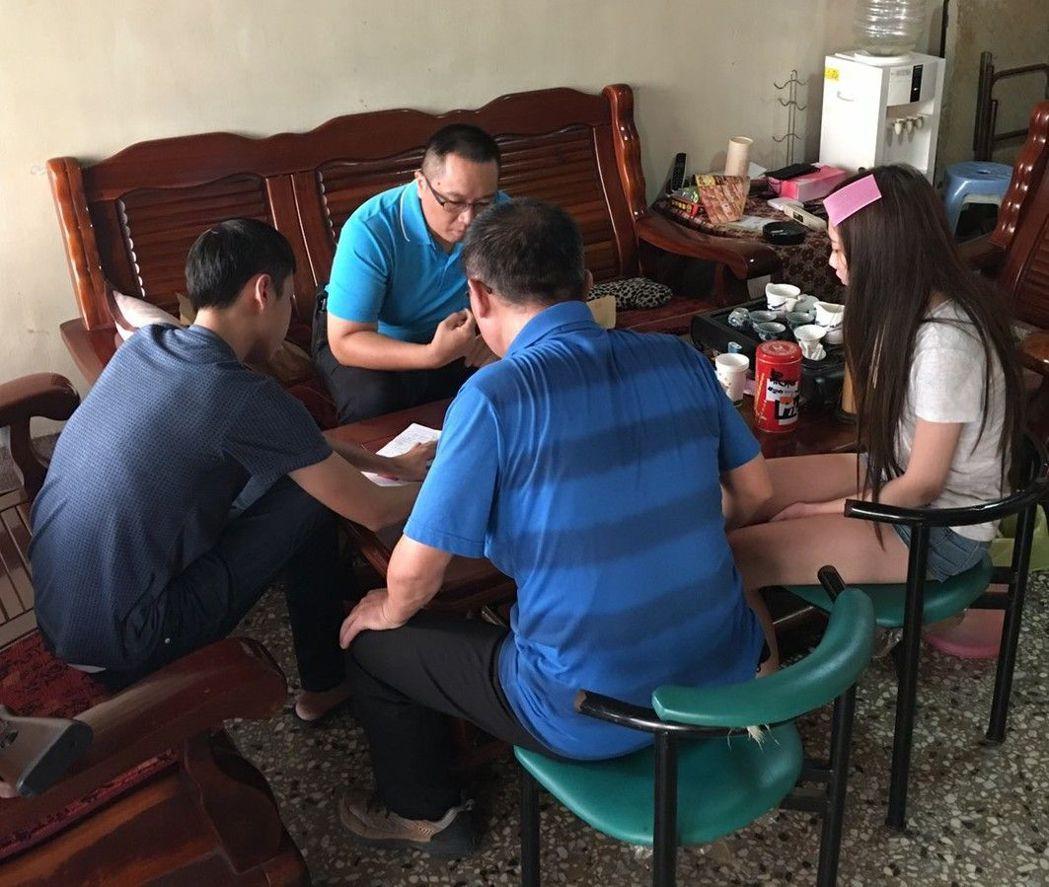 警方帶回施姓少年(左一)與吸毒女友訊問。記者周宗禎/翻攝