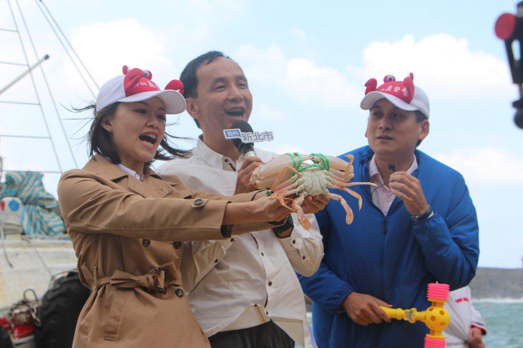 新北市長朱立倫挑選蟹王、蟹后,送給「我的新北市」幸運粉絲。圖/新北市農業局提供