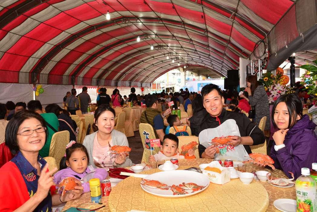 民眾開心品嚐鱻蟹宴。圖/新北市農業局提供