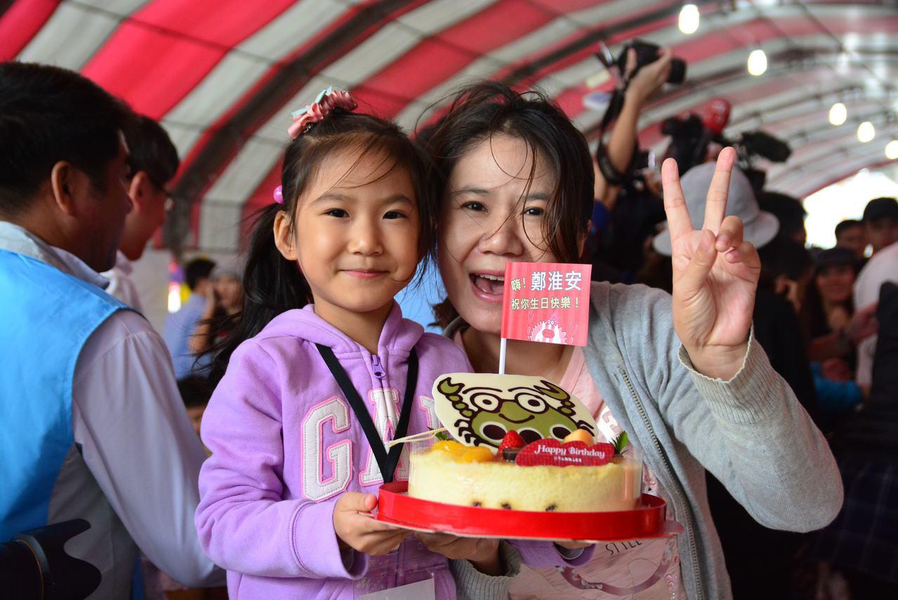 小壽星跟萬里蟹一起開心慶生。圖/新北市農業局提供