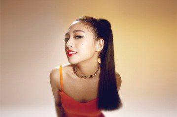 吳映潔(鬼鬼)推出新歌「KNOCK KNOCK KNOCK」,離開南韓經紀公司的她豁出去,她去年收入近千萬,為了這首歌狠砸800萬元預算,忍不住驚呼:「為了它,我去年賺的錢都快燒光!」儘管沒有大型經...
