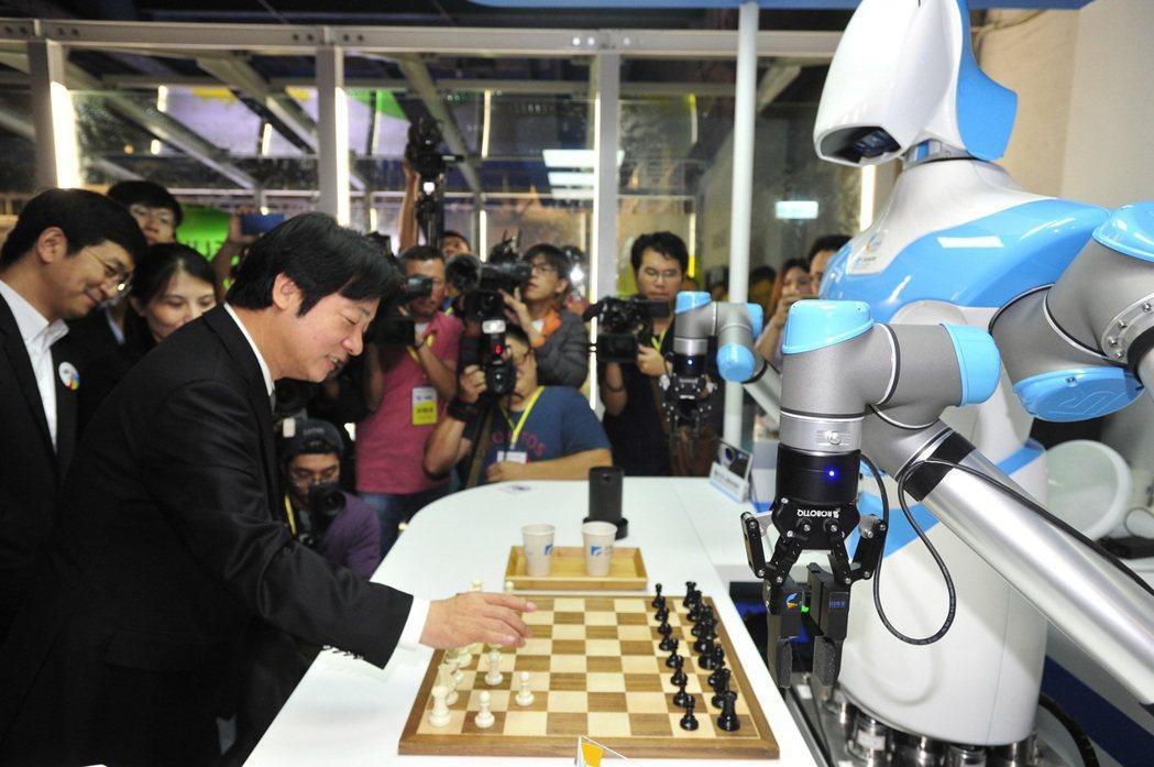 工研院「智慧視覺機器人系統」21日在基隆城市產業博覽會的「智慧生活館」中亮相,圖...