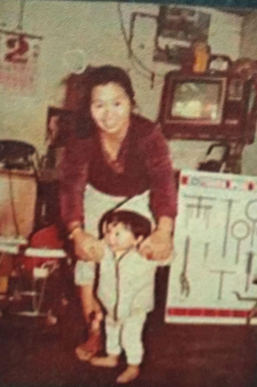 35歲市民蔡憲朋也跟著年近花甲的媽媽蔡郭雪參與活動,復刻34年前的母子合照。記者...