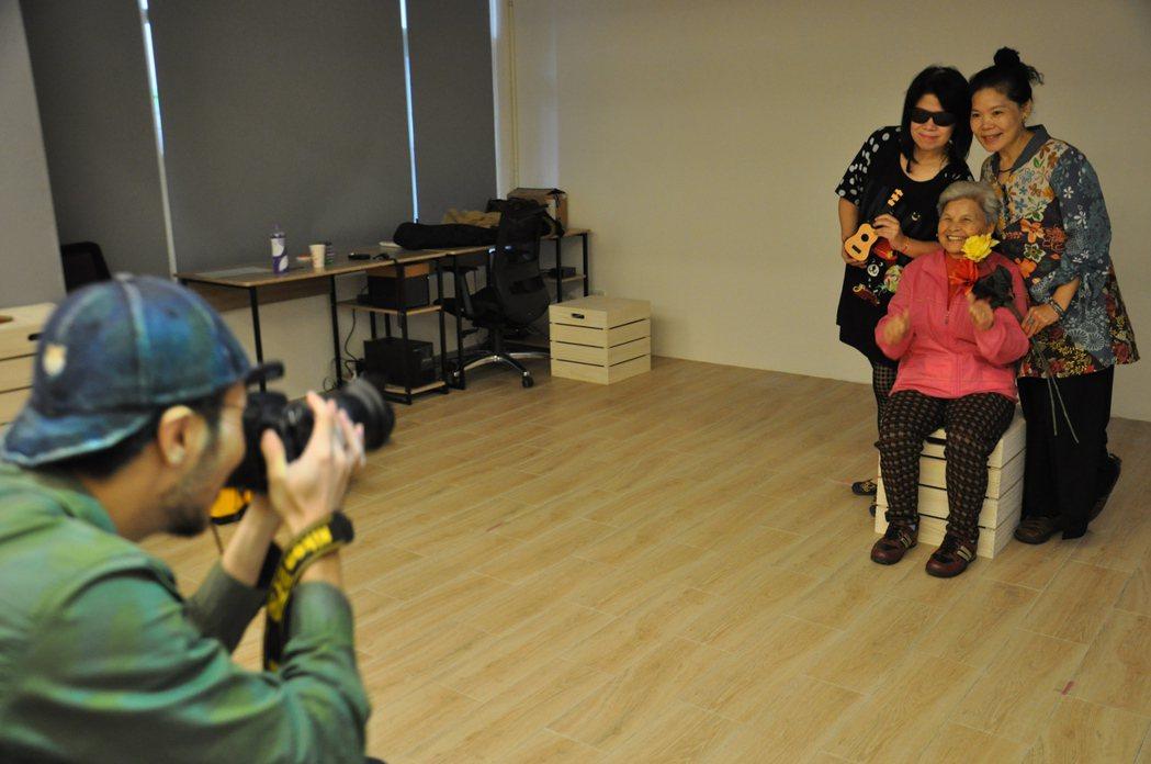 「製圖工坊2.0-復刻經典」活動,有專業攝影師替入選者拍復刻與全家福照片,留下珍...