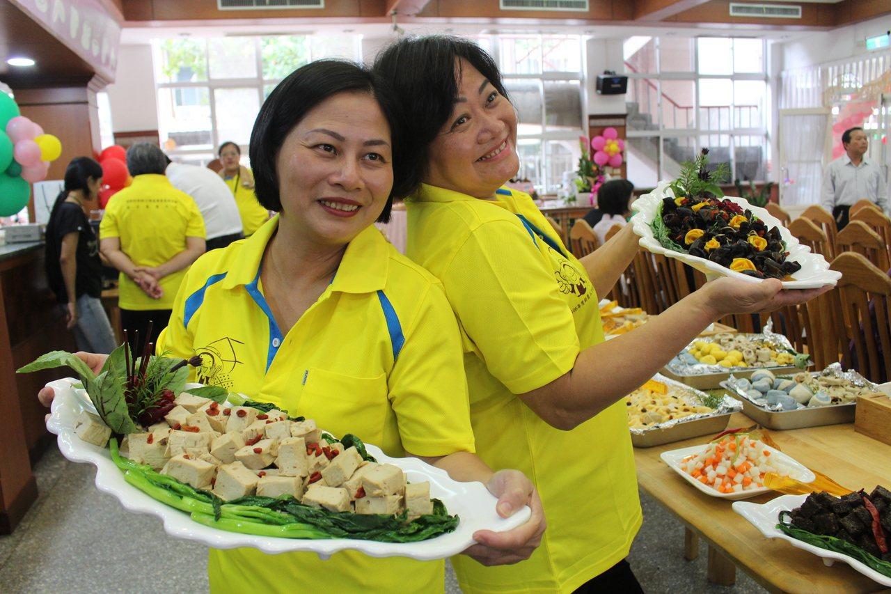 嘉義市蕭筱融和蕭楸媚姊妹經過300小時的訓練課程,要從雇主轉型變老闆,運用所學自...