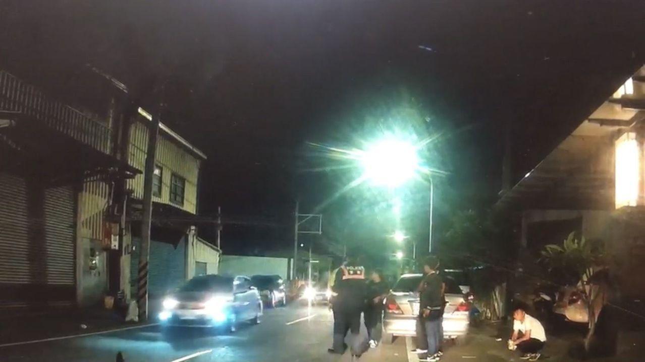 永康警分局獲報有汽機車聚集疑似要鬧事,派員攔查。記者周宗禎/翻攝