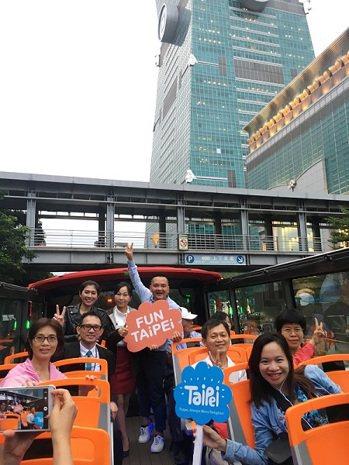 印尼及越南網媒搭乘雙層觀光巴士遊覽台北風光,行銷台北。圖/北市觀傳局提供