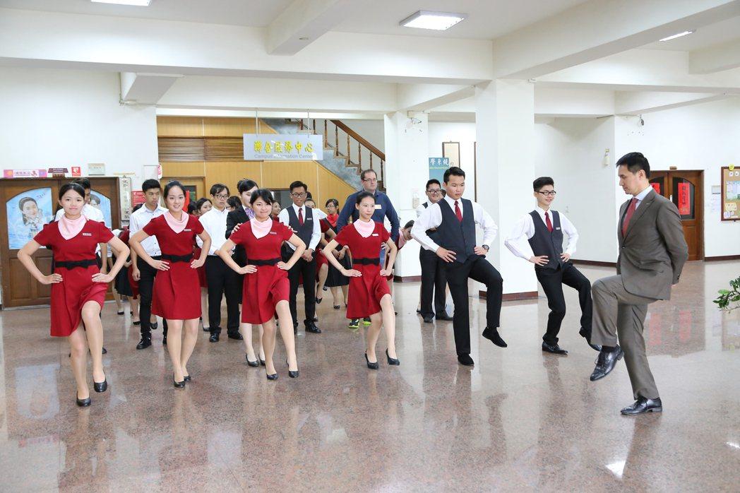 親善大使要求禮儀,更要體能特訓可站好幾個小時。圖/南華大學提供