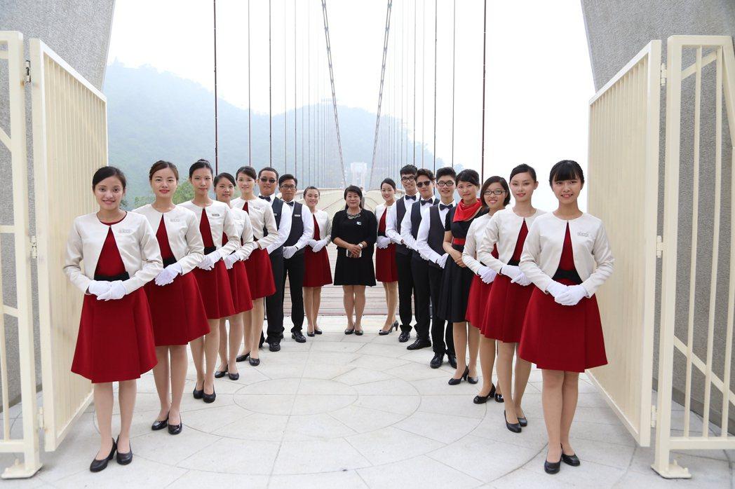 南華大學親善大使外籍生佔1/5,在各地服務都很吸晴,常有民眾搶著合影。圖/南華大...