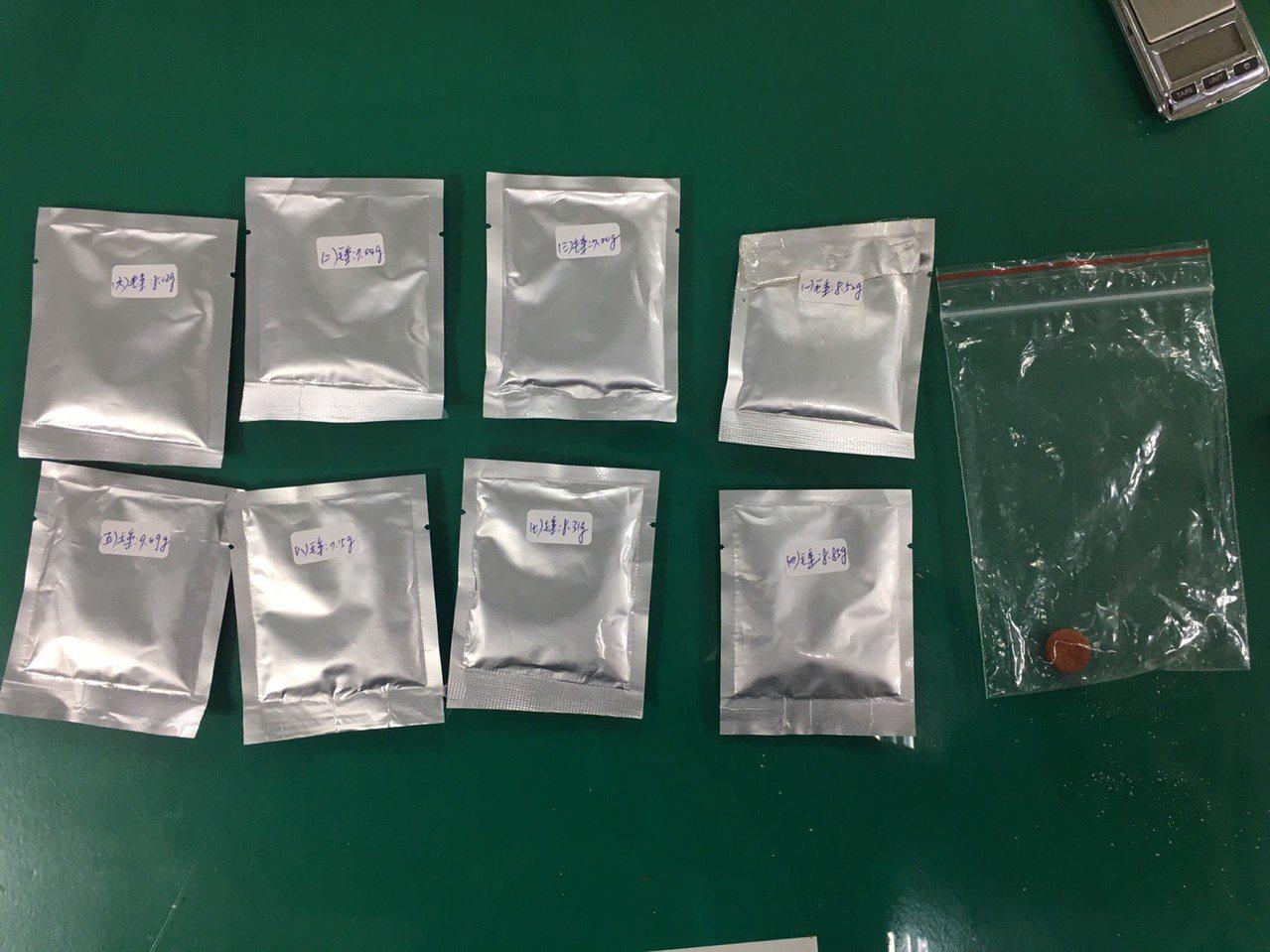 警方查獲8包毒品咖啡包與毒梅錠。記者陳雕文/翻攝