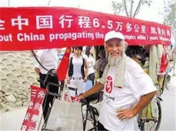 騎三輪車環遊世界的中國大爺陳冠明。取自新華社