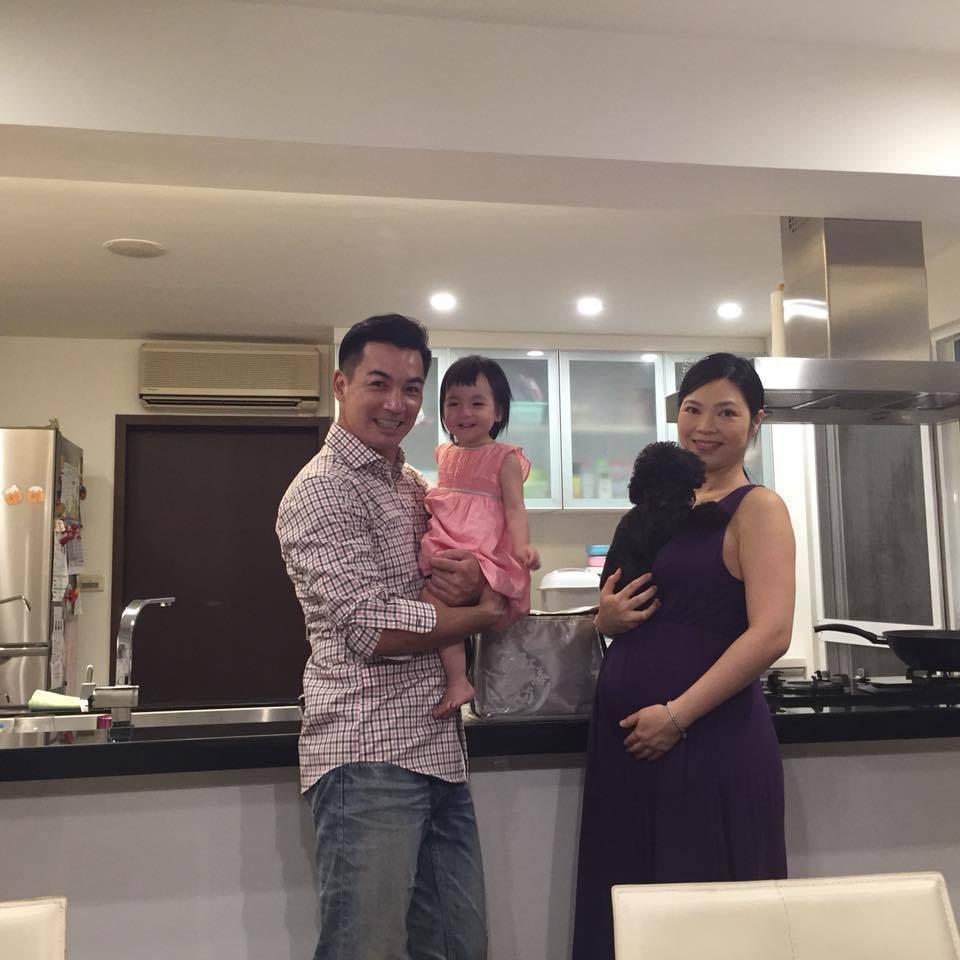 伊正和老婆、大女兒步步喜迎家庭新成員。圖/摘自伊正臉書