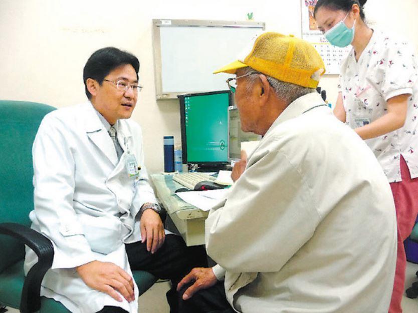 南基醫院協同院長蔡松彥(左)罹患肺腺癌,從醫師變病人仍樂觀面對,且改變飲食與癌為...