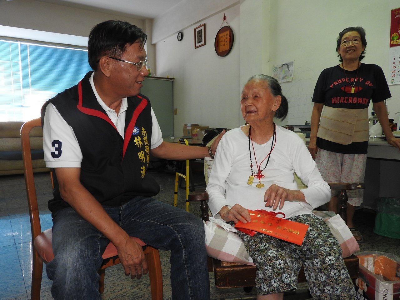 重陽節將至,南投縣長林明溱(左)拜訪縣內107歲人瑞曾洪長阿嬤(前右)。記者賴香...