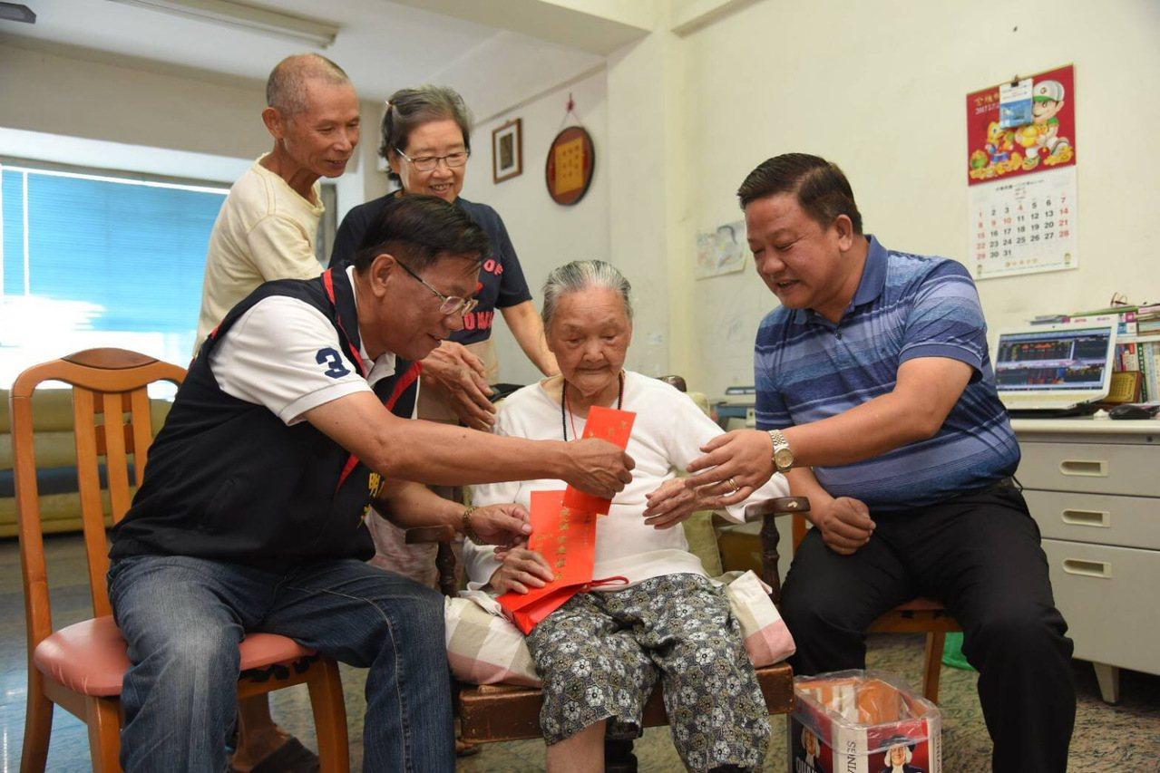 南投縣長林明溱(左)拜訪107歲人瑞曾洪長(前右),而縣內女性人瑞是男性的2.7...