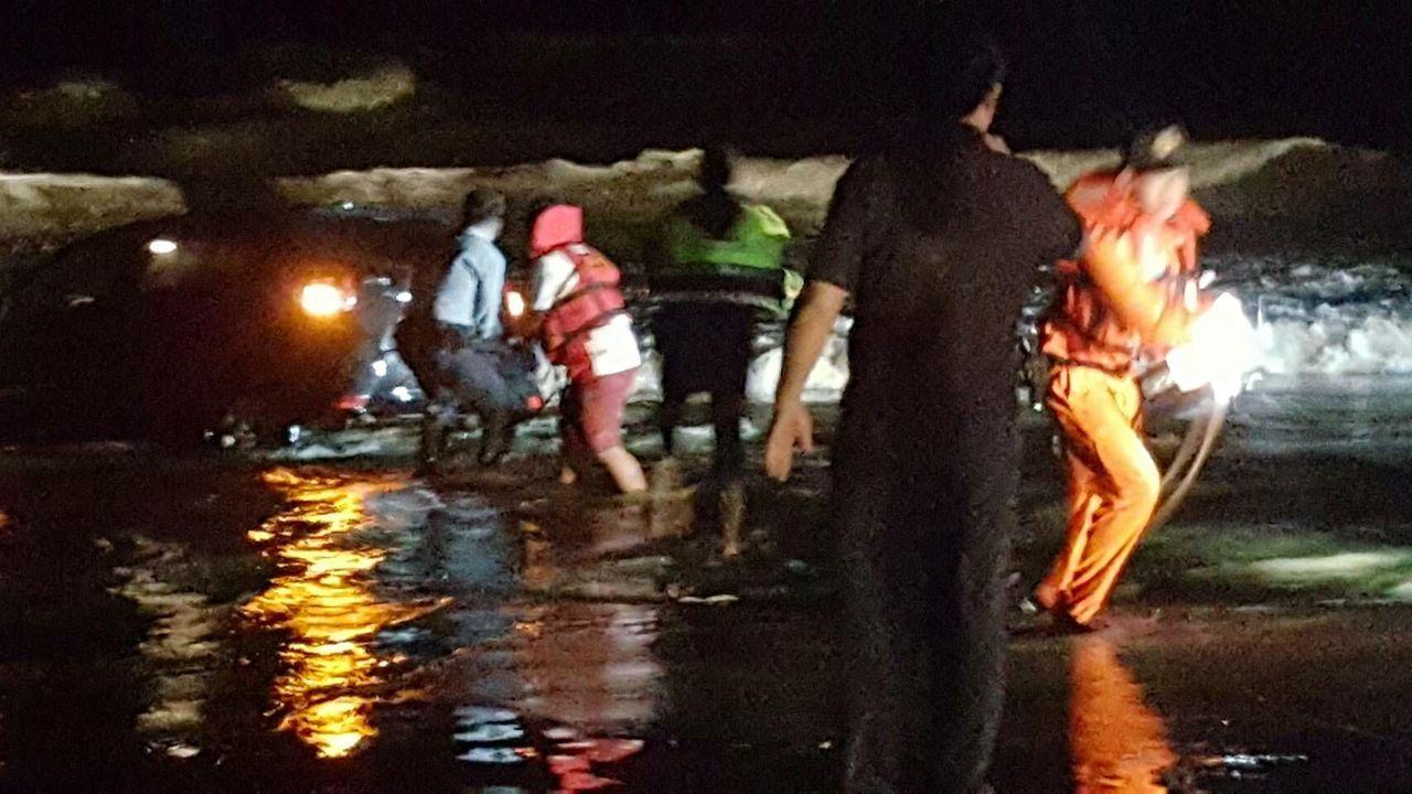 年輕女子駕車誤闖進苗栗縣白沙屯漁港的沙灘,車子動彈不得,海巡人員和漁會人員出動救...