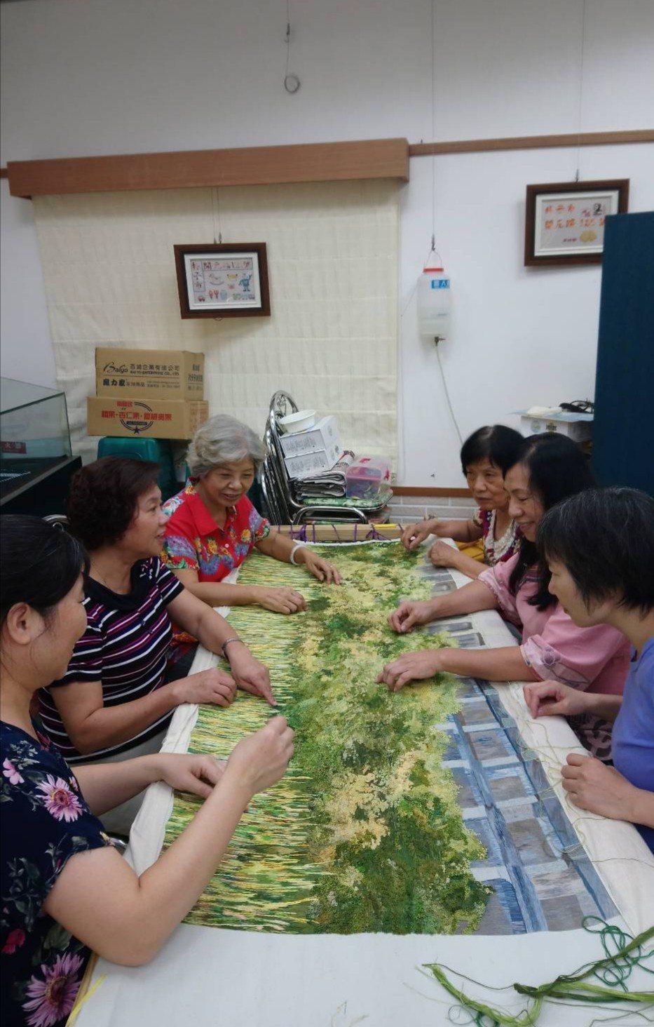 刺繡老師耗時6年才完成水道頭刺繡作品。 圖/刺繡文化館提供