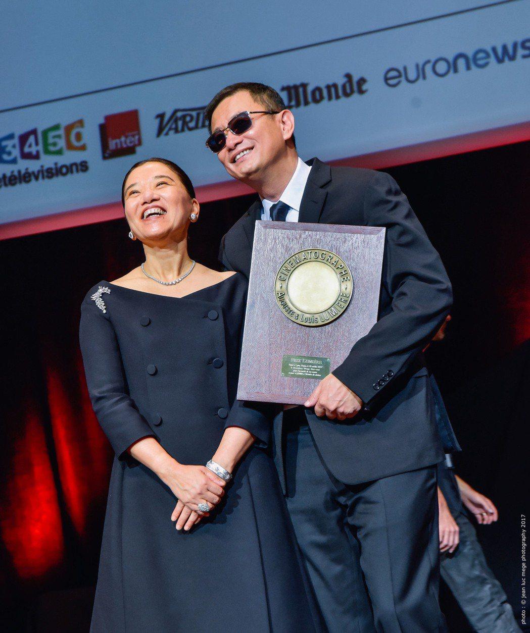 王家衛(右)與愛妻Esther Wong(左)同台共享榮譽。圖/澤東提供