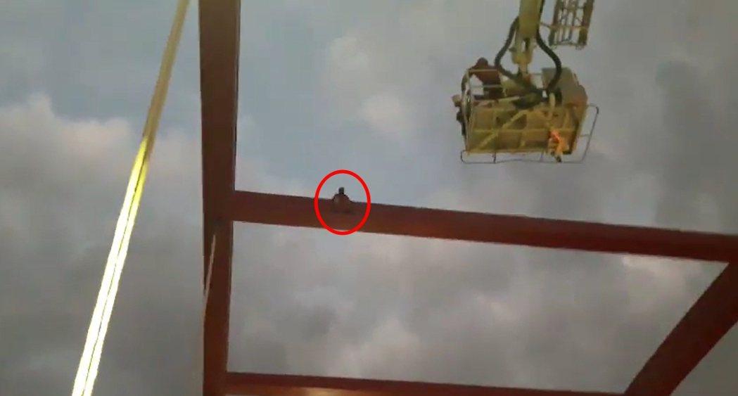 男子看到消防員接近,便開始從橋梁的左側往中間移動。記者陳雕文/翻攝
