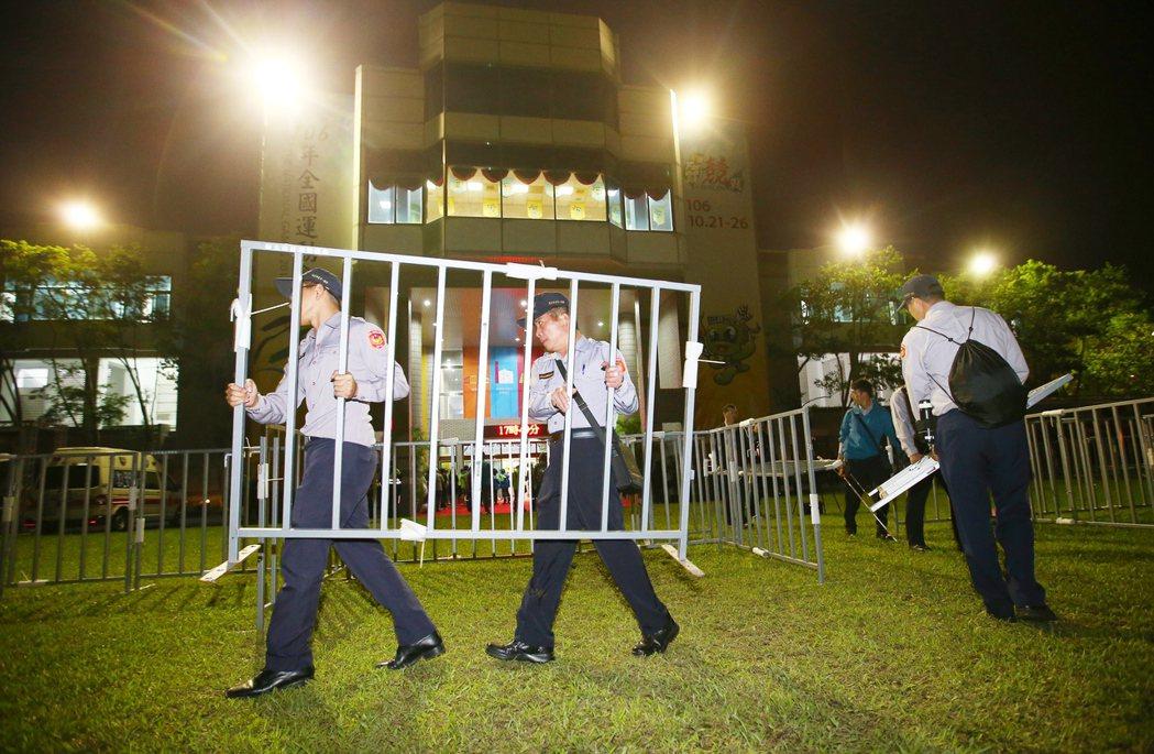 全國運動會今晚在宜蘭開幕,警方在會場外架出層層路障阻隔。記者王騰毅/攝影