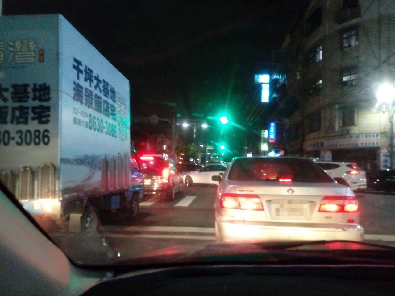 潘姓民眾表示,「綠燈了但車完全不會動...超無奈」。圖/民眾提供
