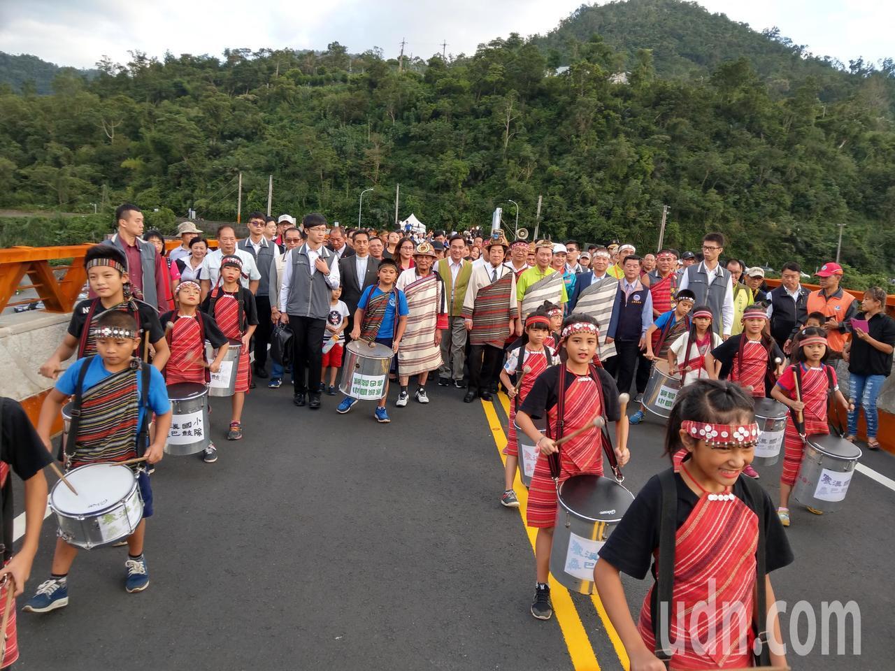 行政院長賴清德參加寒華大橋通車典禮,與族人共同步行通過新橋。記者戴永華/攝影