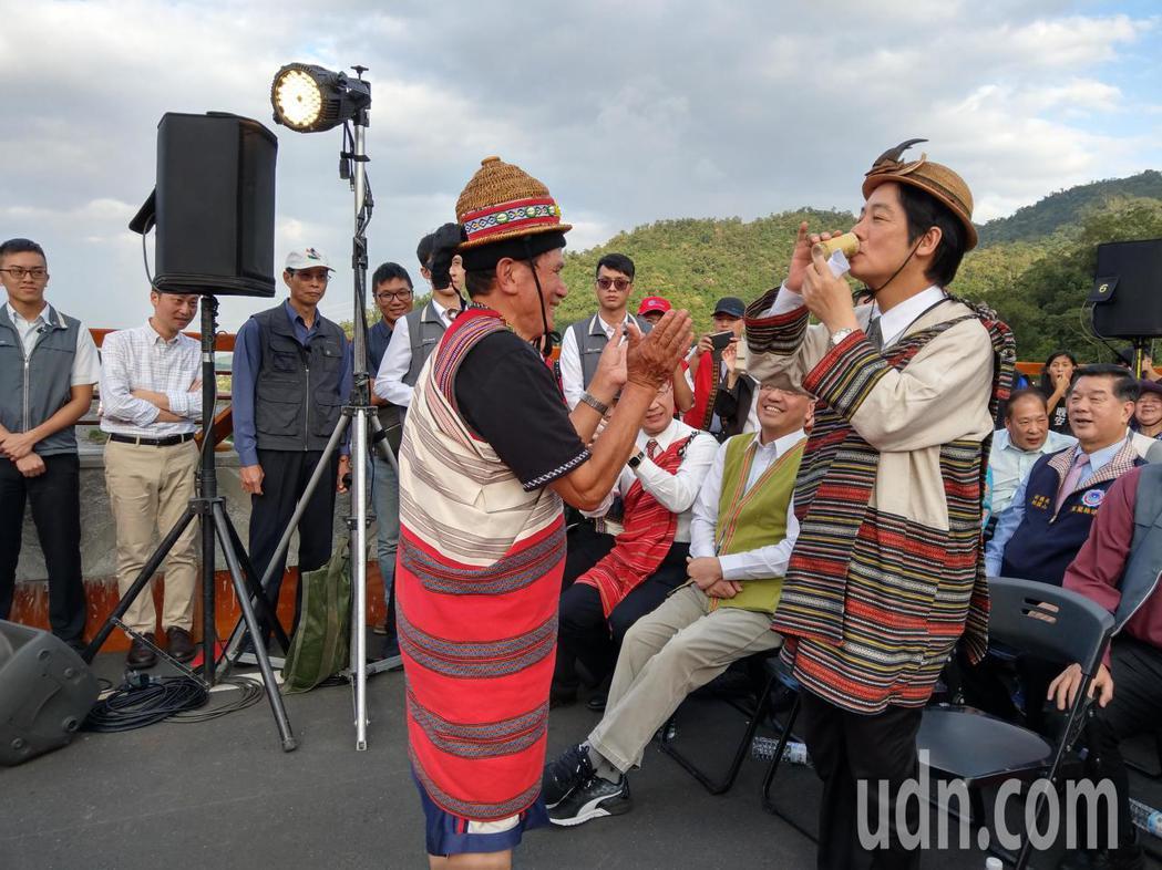 行政院賴清德參加寒華大橋通車典禮,喝下族人獻上的小米酒。記者戴永華/攝影