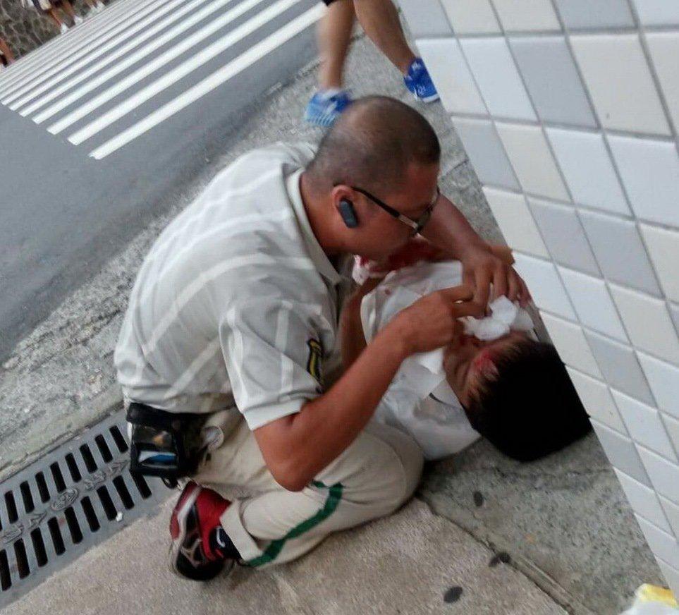 熱心的宅集便送貨員將被撞傷國中生抱到路邊止血並報案。記者潘欣中/翻攝