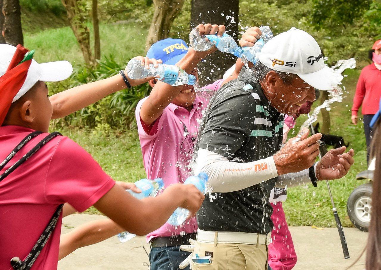 冠軍呂文德於18洞完成比賽後眾人灑水慶祝。圖/TPGA提供