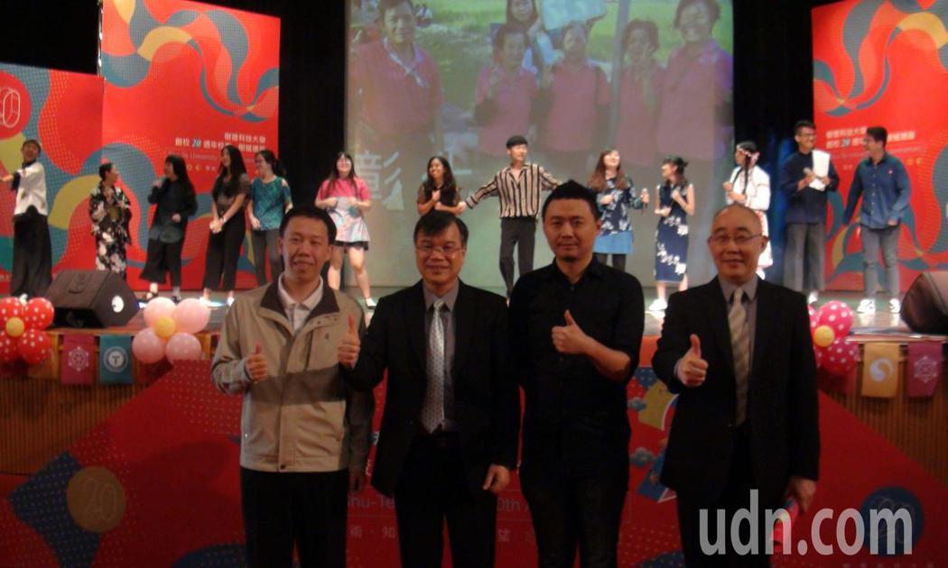 樹德科技大學20周年校慶,傑出校友韋宗成(左1)與古又文(右2)返校同慶,左2為...
