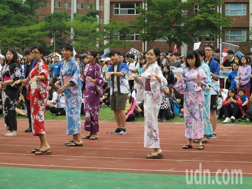 義守大學27周年校慶,國際生以各國特色妝扮繞場,為學校慶生。記者王昭月/攝影