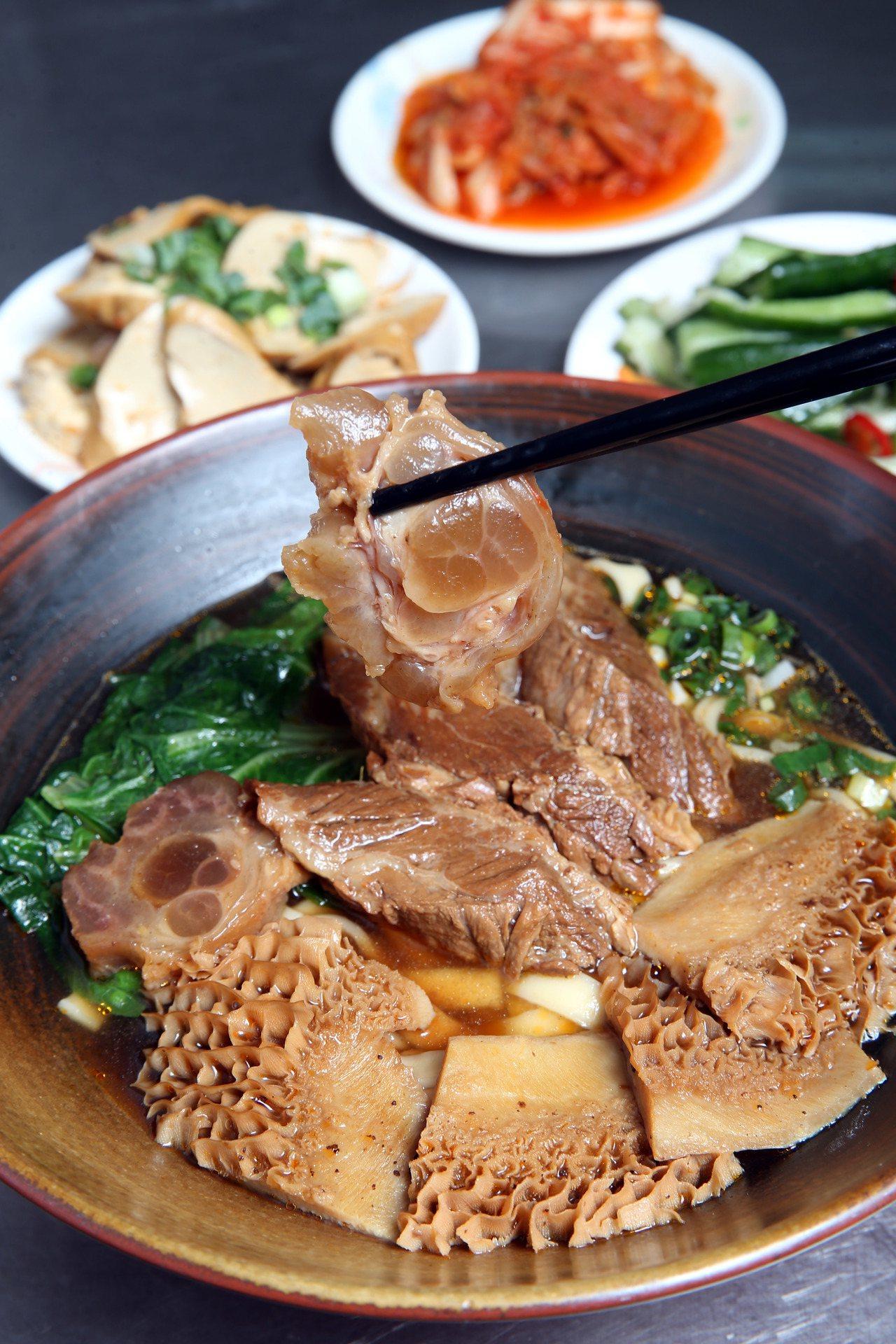 北投粟家牛肉麵,招牌麵即是三寶麵,一次嘗得到牛肚、牛筋與牛肉,以及店家自豪的紅燒...