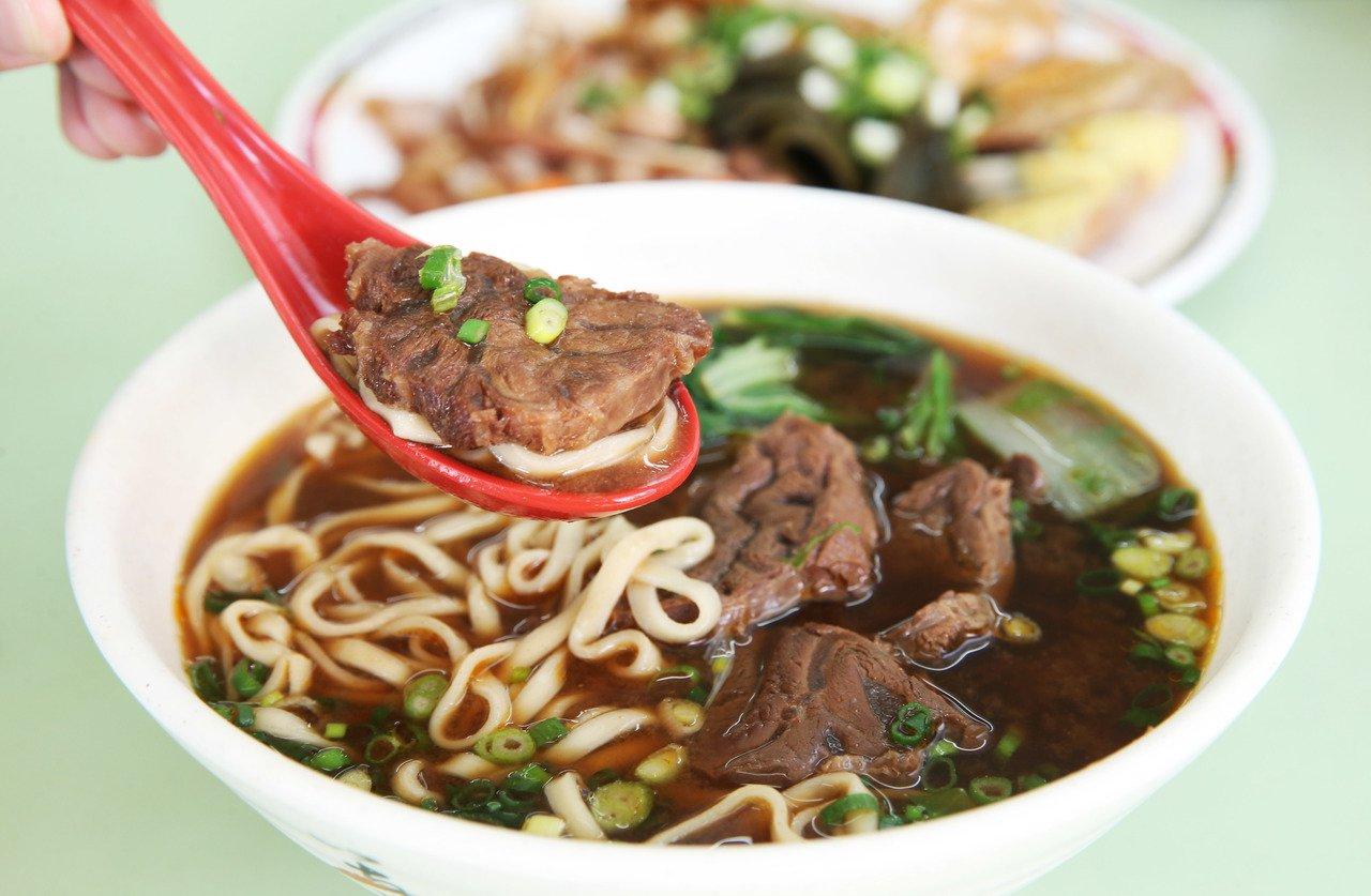 北投吳家牛肉麵,紅燒湯頭帶有甜度與微微辛辣。記者林俊良/攝影