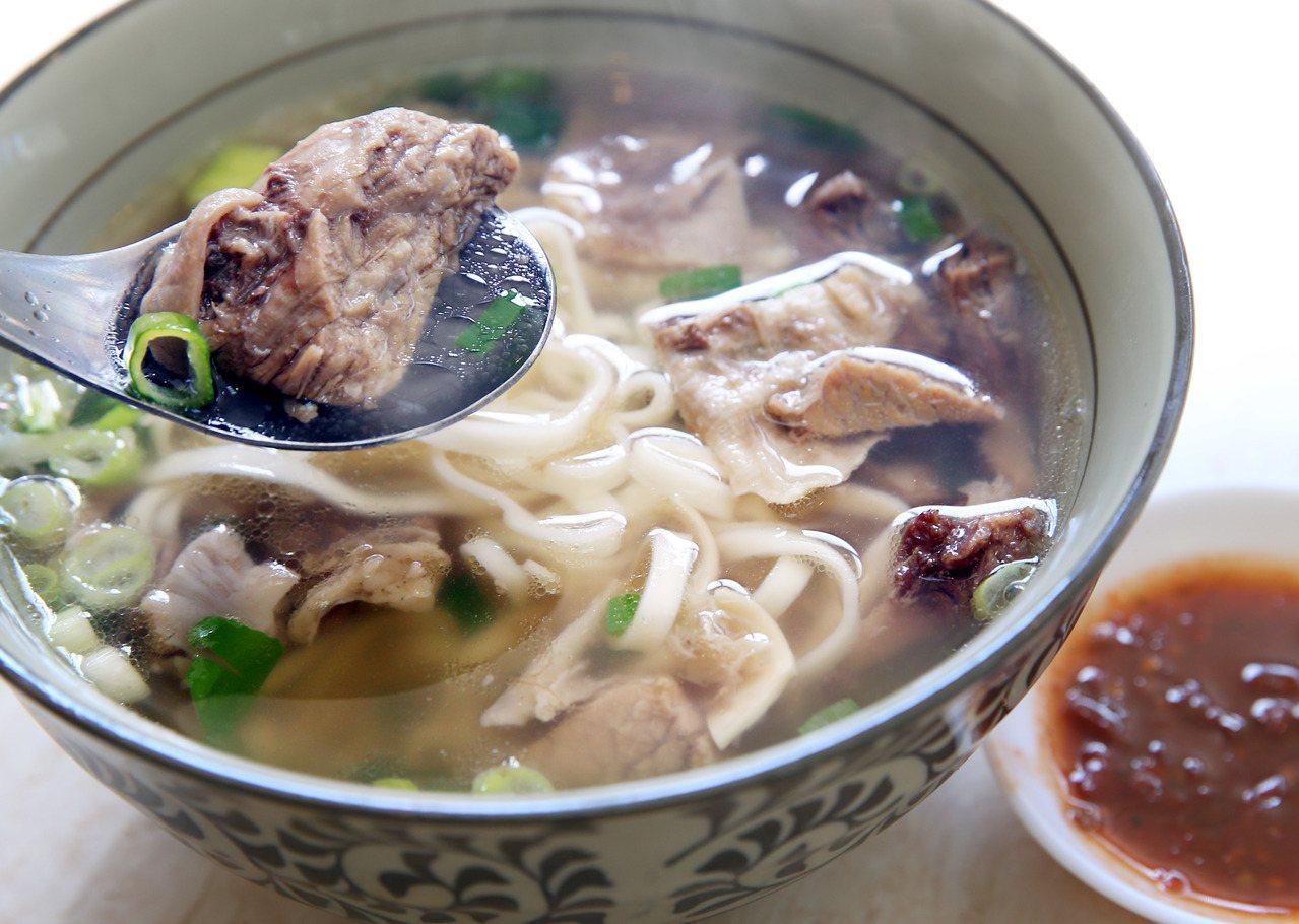 北投金春發牛肉麵,原汁牛肉麵採清燉湯頭。記者林俊良/攝影