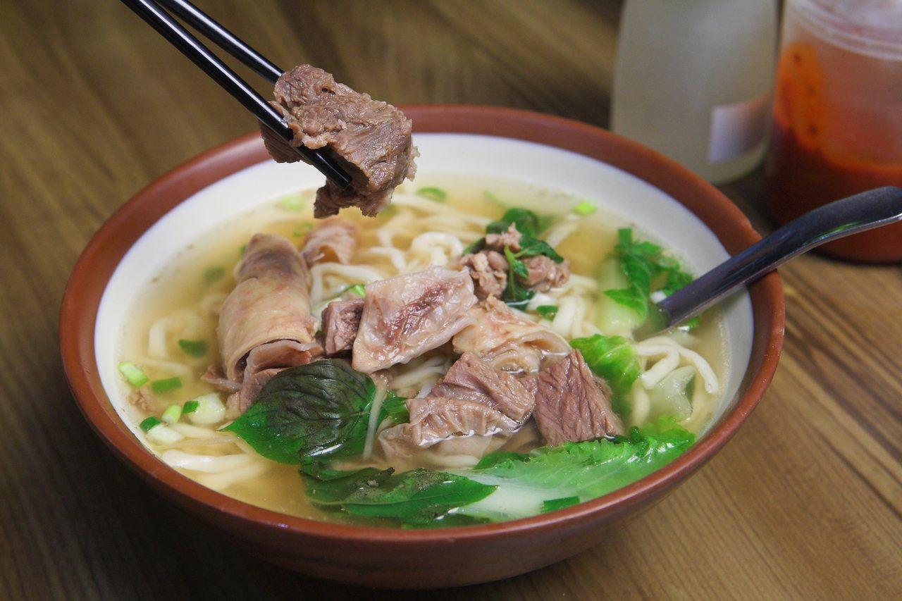 志明招牌清燉牛肉麵,小碗130元。記者陳睿中/攝影