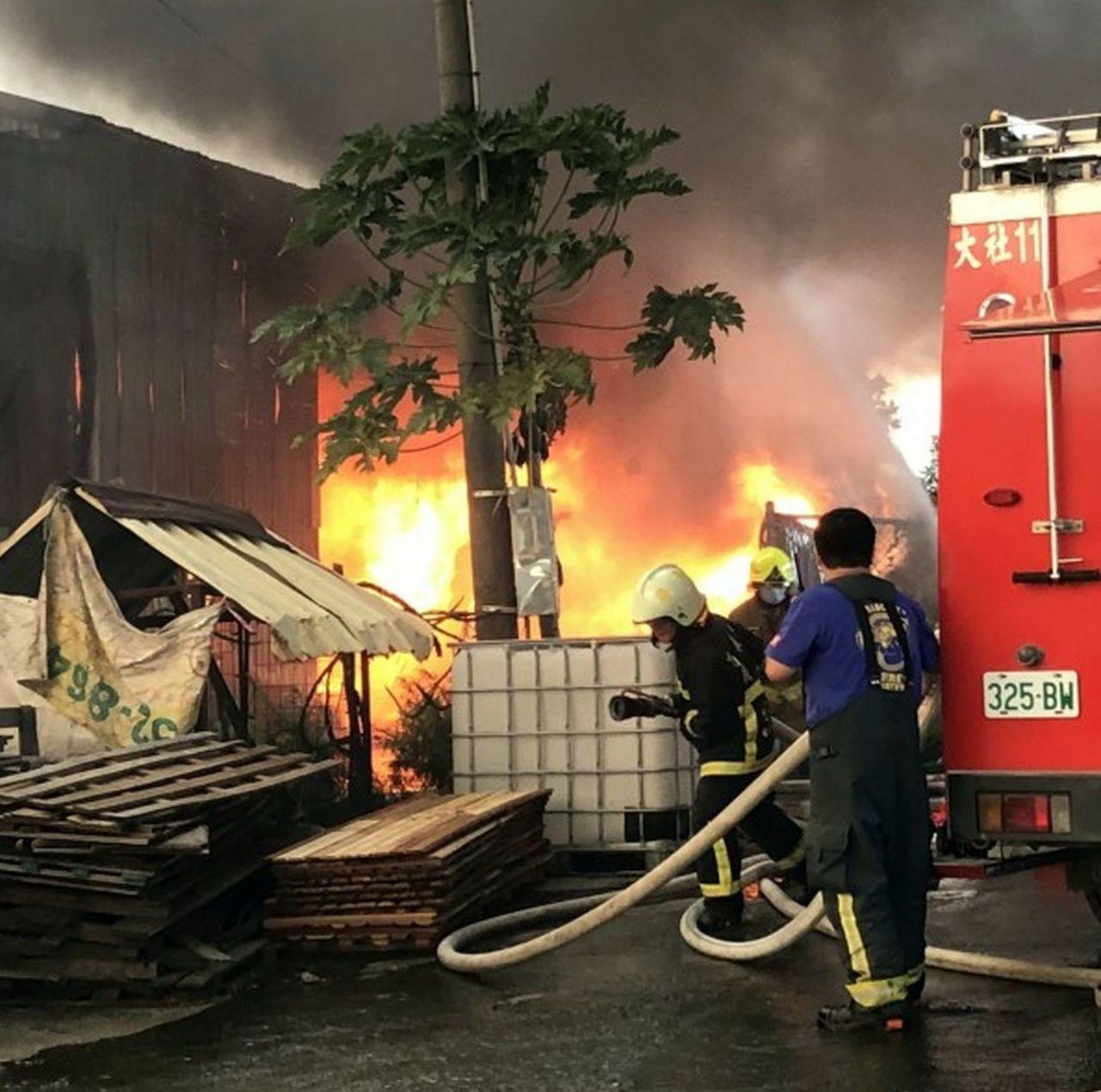 高雄大社區一家木材廠下午失火,消防局出動53人前往灌救,記者王昭月/翻攝