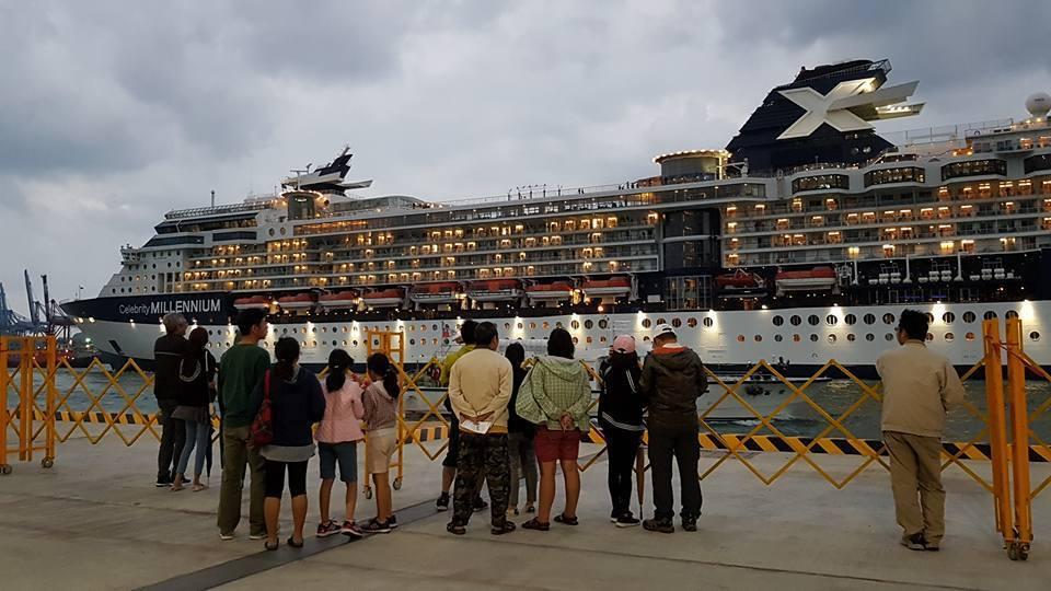 今天傍晚一艘大郵輪出港,讓產博會民眾驚呼連連。圖/蔡馥嚀提供