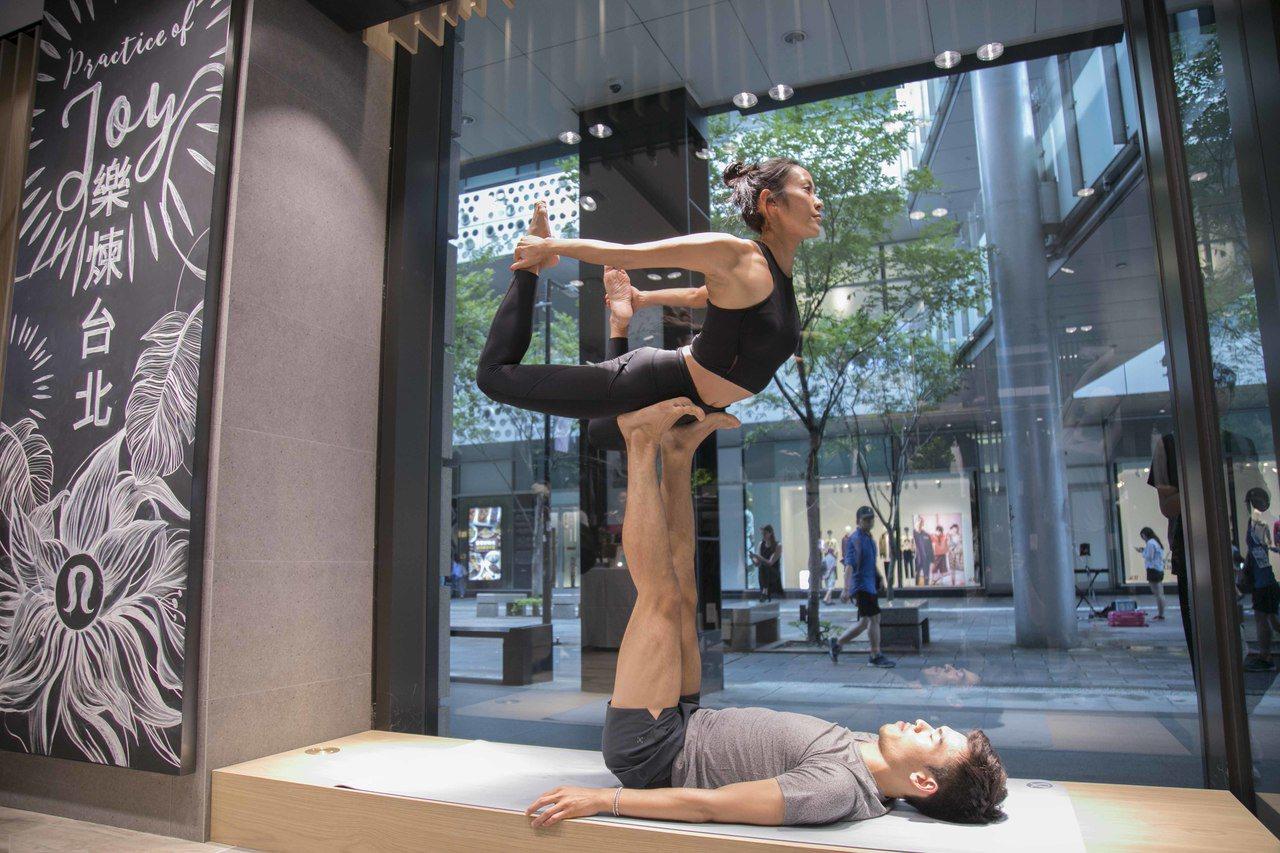 lululemon進駐新光三越台北信義新天地A8,開幕時在櫥窗進行瑜伽表演。圖/...