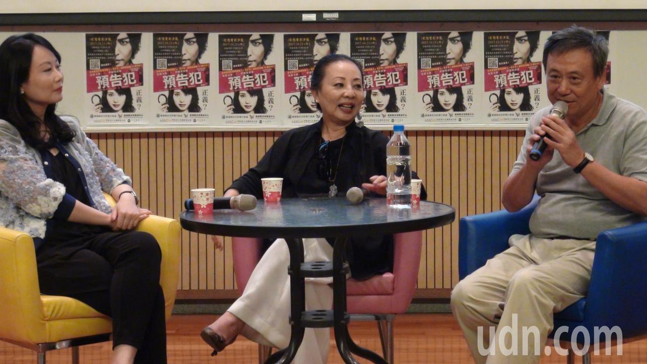 縣長張花冠(中)邀請導演李崗(右)來嘉義縣拍片。記者謝恩得/攝影