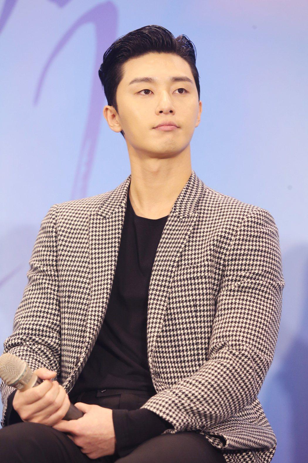 在韓劇《三流之路》飾演癡情男「東萬」的朴敘俊首次訪台,出席記者會與媒體會面。記者...