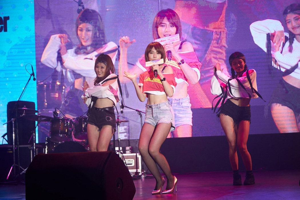 林明禎21日在雜誌社慶生派對演出。圖/Taipei Walker提供