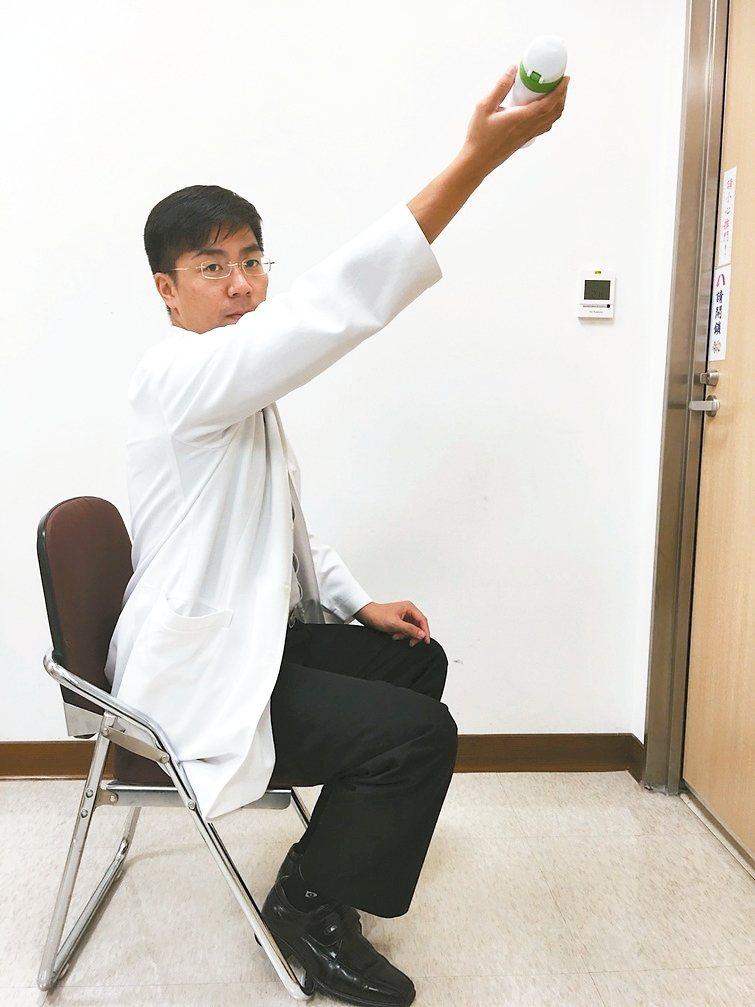 訓練上肢肌力:拿600cc水瓶,雙手或單手向前舉平,或是手肘彎曲。 圖/亞東醫院...