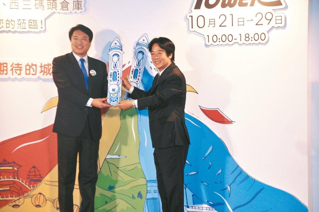 行政院長賴清德(右)與市長林右昌(左)共同宣示郵輪產業啟航。 記者游明煌/攝影
