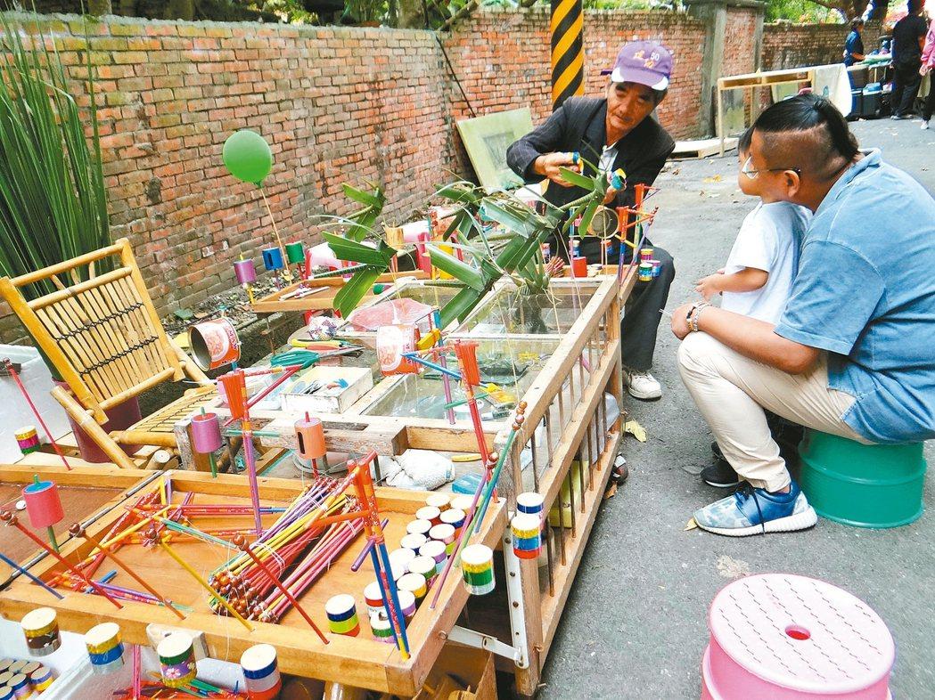 虎尾眷村祭登場,眷村古早的童玩也買得到。 記者蔡維斌/攝影