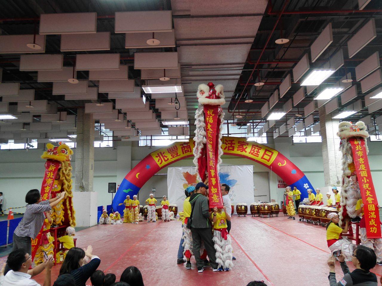 新北市瑞芳區吉慶國小擂鼓舞獅隊精彩表演,獲得如雷掌聲。 記者吳思萍/攝影