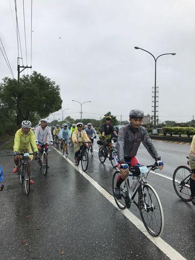 不倒騎士騎車環台活動舉辦在即,但目前面臨經費不足,台灣抗癌協會盼熱心人士慷慨解囊...