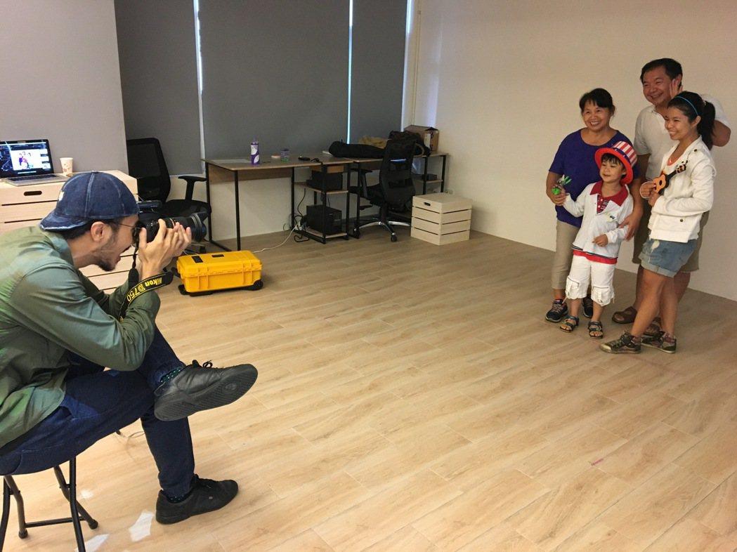 桃園市府昨天舉行「製圖工坊2.0-復刻經典」活動,專業攝影師替入選者拍復刻與全家...
