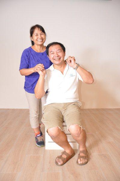 35歲市民蔡憲朋昨天也帶著年近花甲的媽媽蔡郭雪參與活動,復刻34年前的母子牽手合...